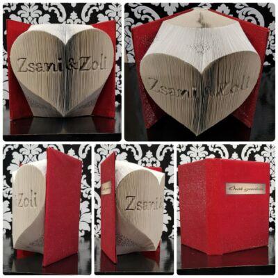 Két névvel ellátott könyvszobor