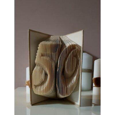 Kétszámjegyű számos könyvszobor