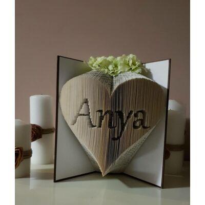 Névvel ellátott szív formájú könyvszobor