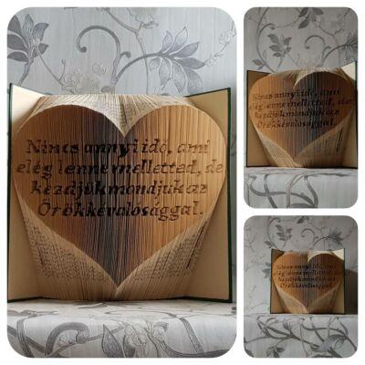 Egyedi idézetű könyvszobor